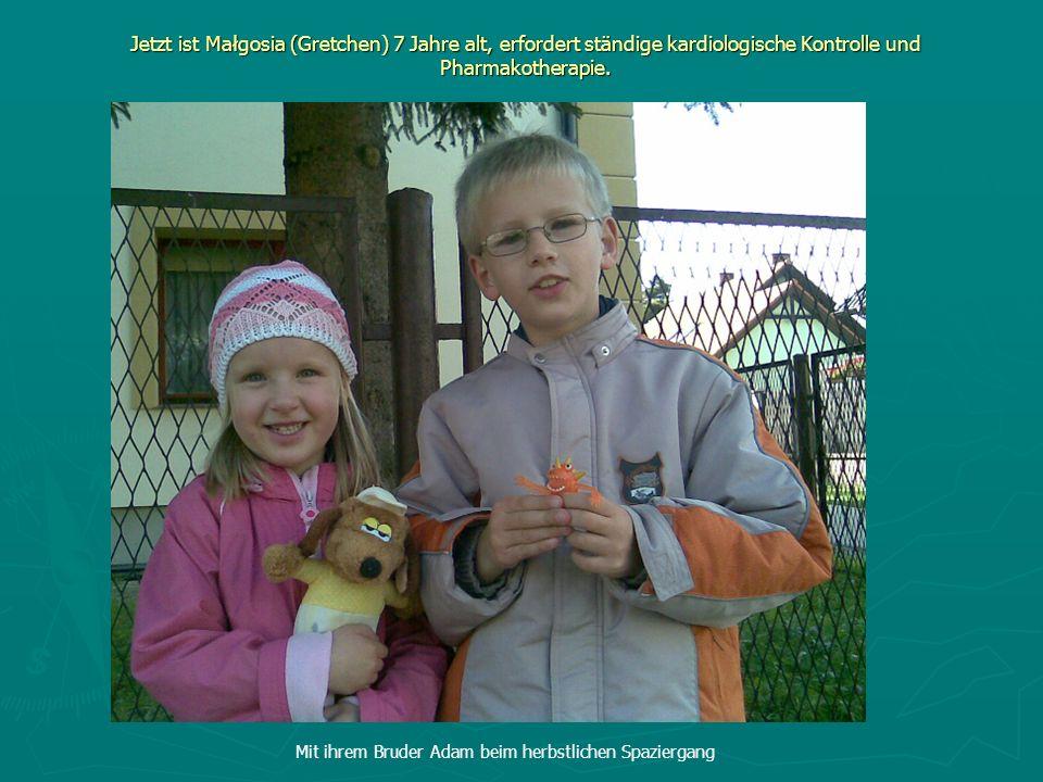 Jetzt ist Małgosia (Gretchen) 7 Jahre alt, erfordert ständige kardiologische Kontrolle und Pharmakotherapie.. Mit ihrem Bruder Adam beim herbstlichen