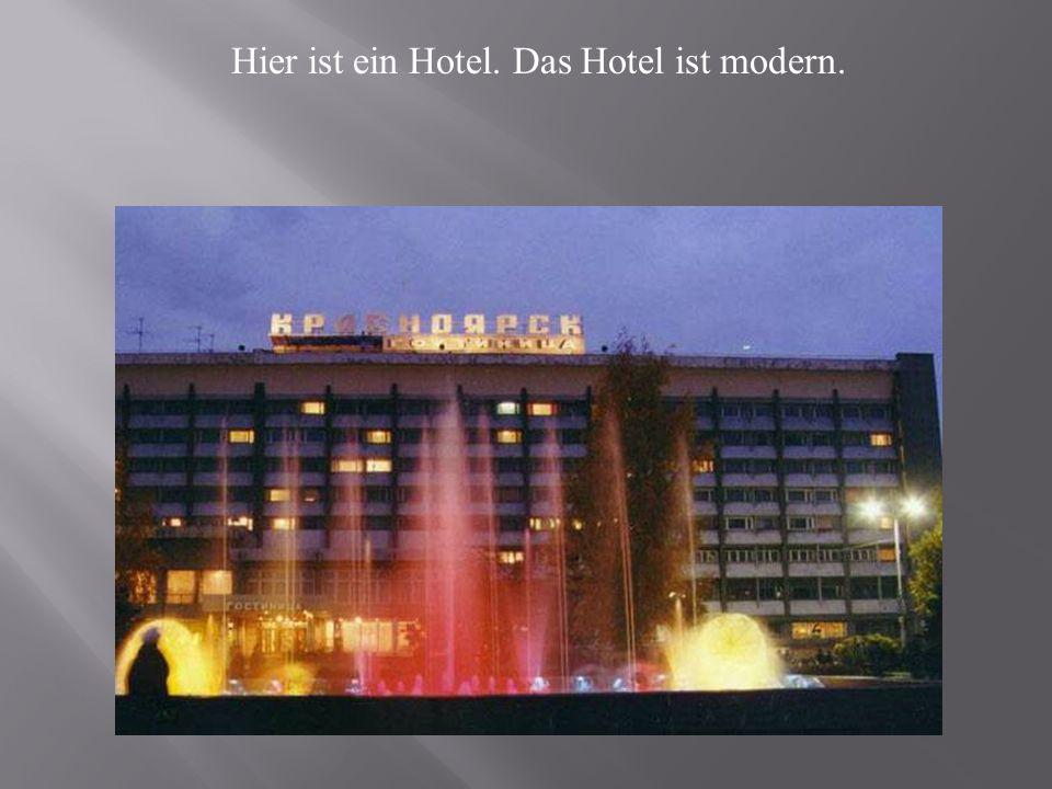 Hier ist ein Hotel. Das Hotel ist modern.