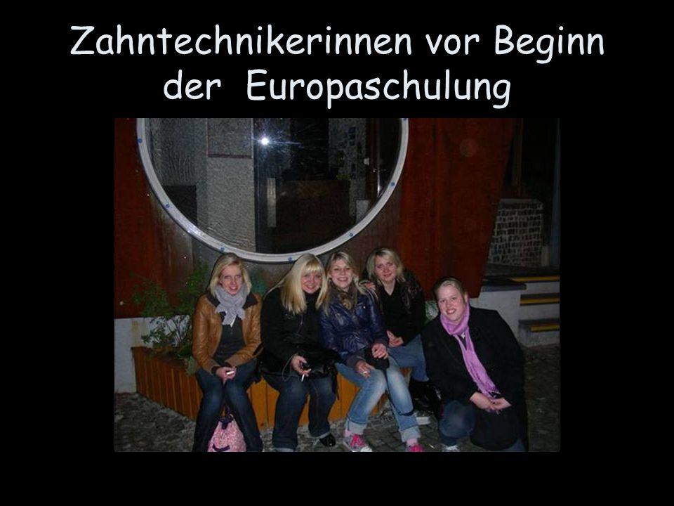 Zahntechnikerinnen vor Beginn der Europaschulung