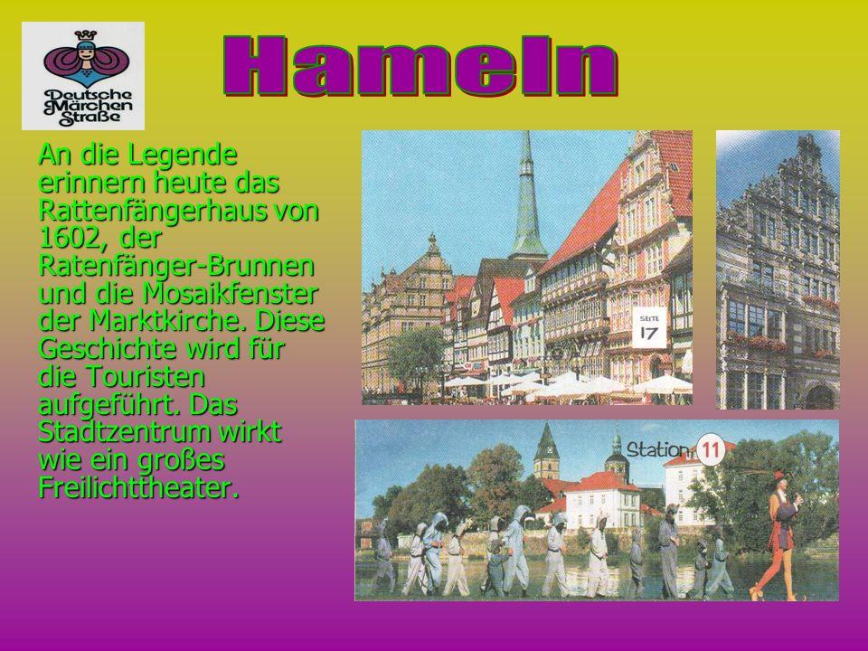 An die Legende erinnern heute das Rattenfängerhaus von 1602, der Ratenfänger-Brunnen und die Mosaikfenster der Marktkirche. Diese Geschichte wird für