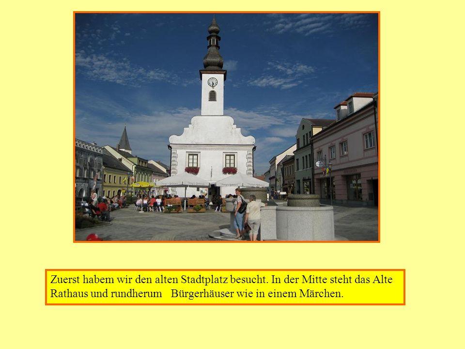 Zuerst habem wir den alten Stadtplatz besucht. In der Mitte steht das Alte Rathaus und rundherum Bürgerhäuser wie in einem Märchen.