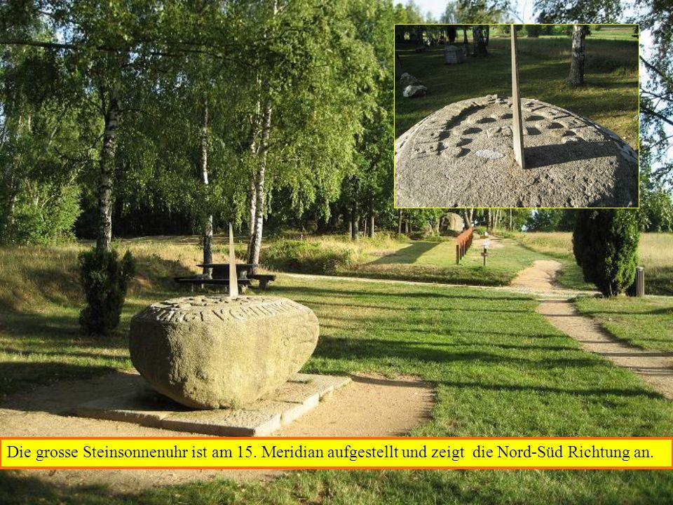 Die grosse Steinsonnenuhr ist am 15. Meridian aufgestellt und zeigt die Nord-Süd Richtung an.