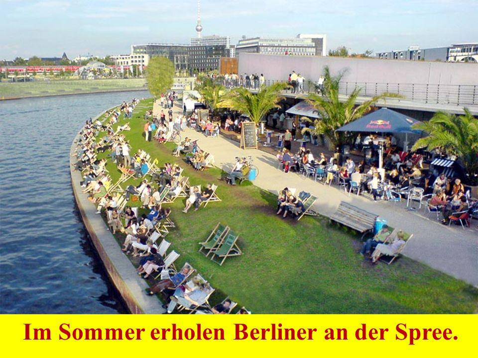 Im Sommer erholen Berliner an der Spree.