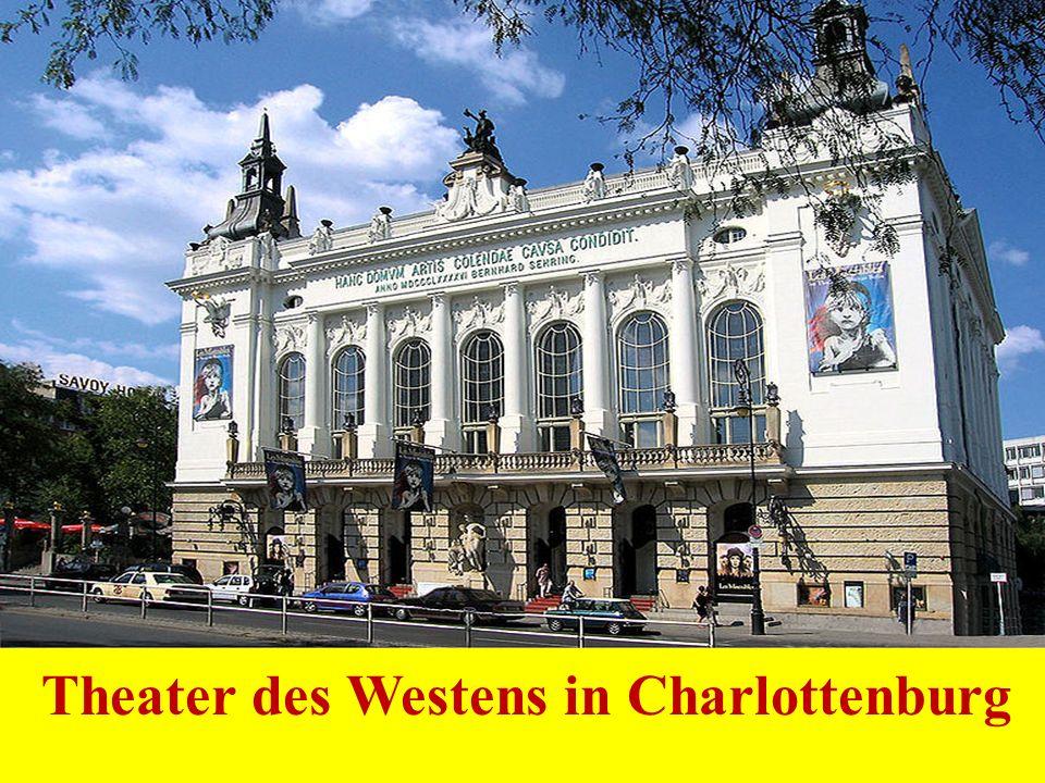 Nach dem Brand 1943 wurde Deutscher Dom von 1982-1996 wiederaufgebaut.