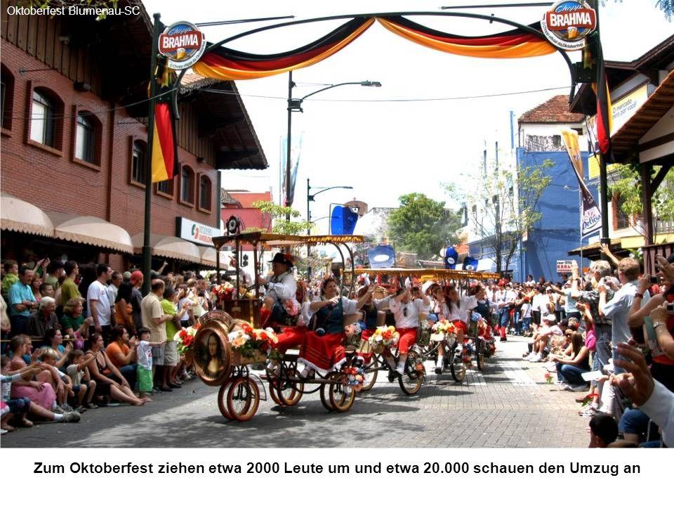 In der Hauptstrasse zeigen Volklore-Tanzgruppen deutsche Tänze Oktoberfest Blumenau-SC