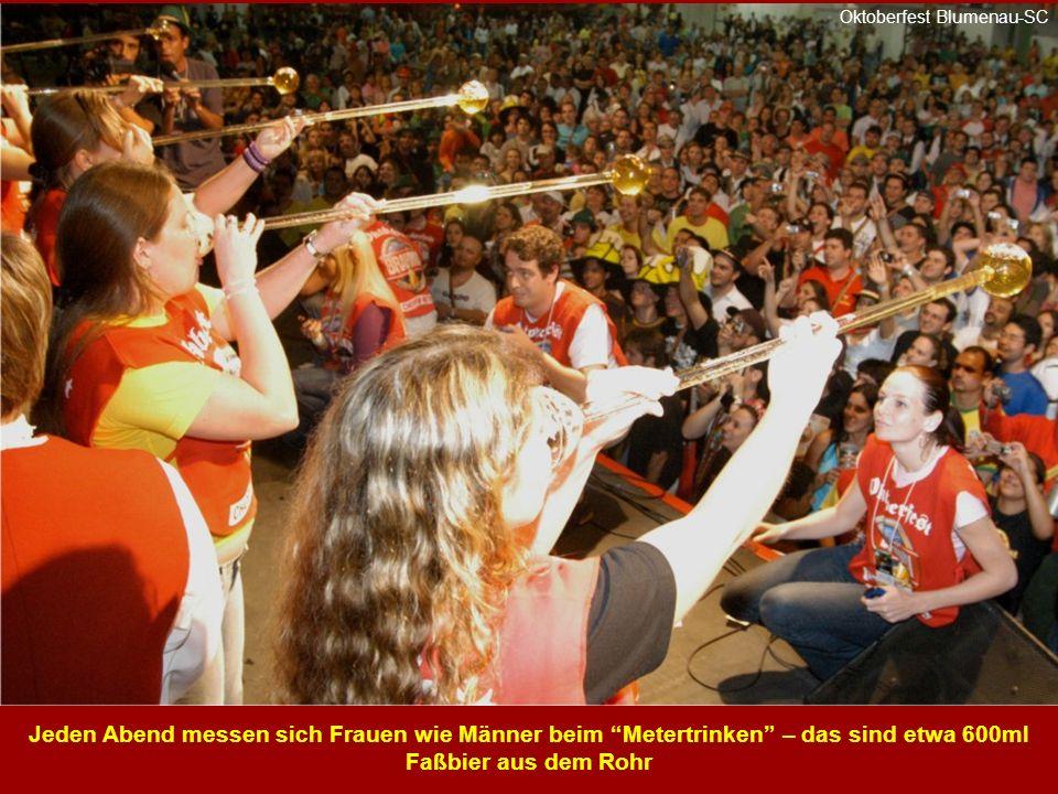 Jeden Abend messen sich Frauen wie Männer beim Metertrinken – das sind etwa 600ml Faßbier aus dem Rohr Oktoberfest Blumenau-SC