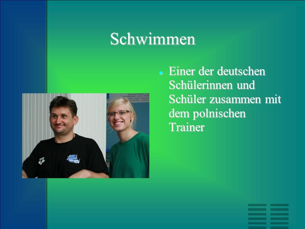 Schwimmen Einer der deutschen Schülerinnen und Schüler zusammen mit dem polnischen Trainer Einer der deutschen Schülerinnen und Schüler zusammen mit d
