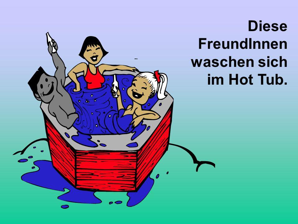 Diese FreundInnen waschen sich im Hot Tub.