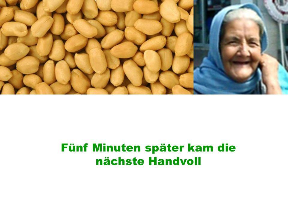 Fünf Minuten später, offerierte die Oma ihm nochmals eine Handvoll und der Fahrer bedankte sich für die freundliche Geste und aß die Nüsse.