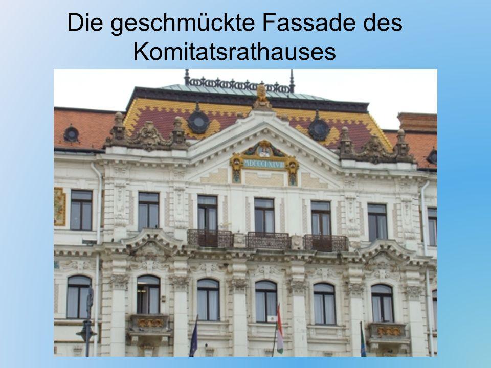 Die geschmückte Fassade des Komitatsrathauses