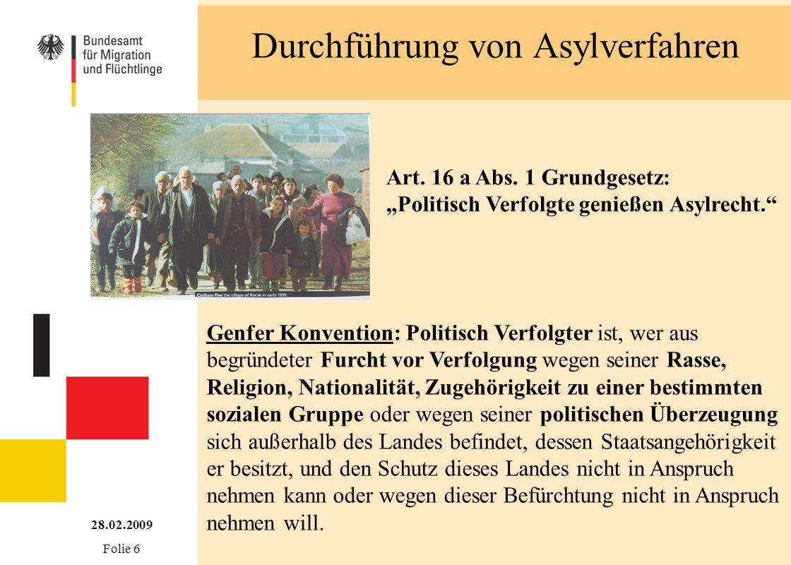 Durchführung von Asylverfahren Art. 16 a Abs. 1 Grundgesetz: Politisch Verfolgte genießen Asylrecht. Genfer Konvention: Politisch Verfolgter ist, wer