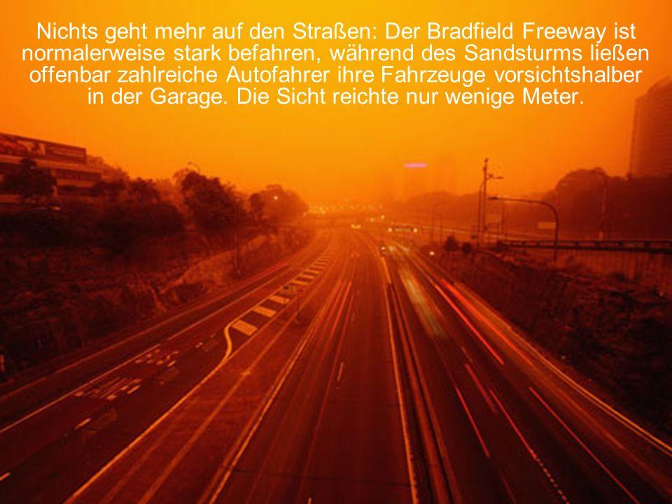 Nichts geht mehr auf den Straßen: Der Bradfield Freeway ist normalerweise stark befahren, während des Sandsturms ließen offenbar zahlreiche Autofahrer