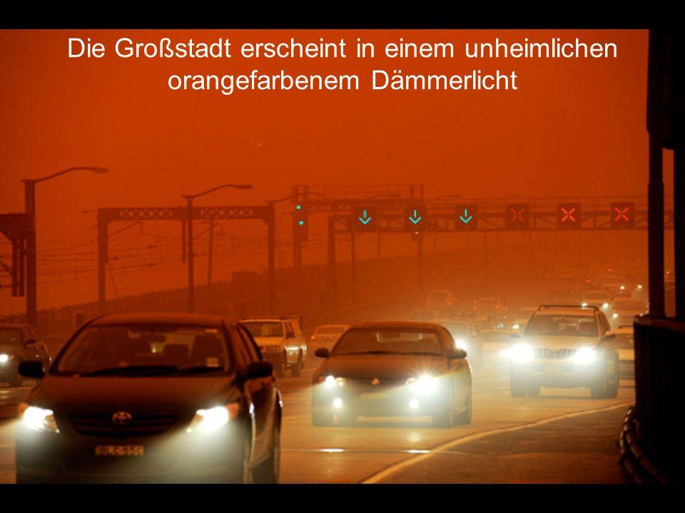 Die Großstadt erscheint in einem unheimlichen orangefarbenem Dämmerlicht