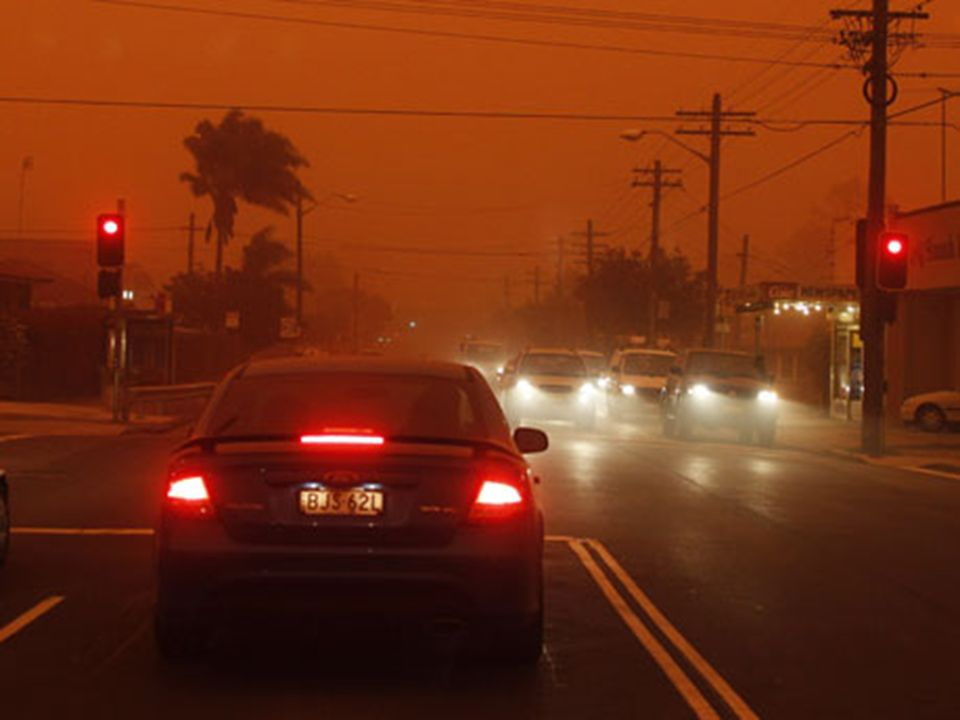 Fußgänger trugen in der größten Stadt Australiens Atemschutzmasken, auf Autobahnen und Straßen staute sich der Verkehr bei schlechten Sichtverhältnissen.