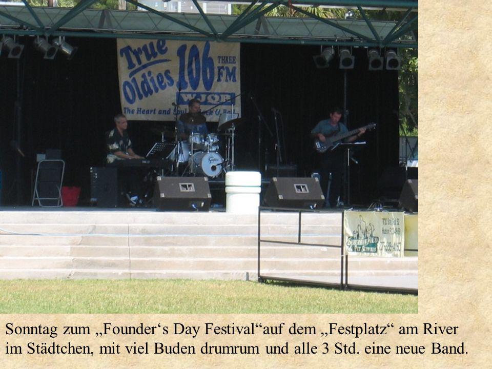 Sonntag zum Founders Day Festivalauf dem Festplatz am River im Städtchen, mit viel Buden drumrum und alle 3 Std. eine neue Band.