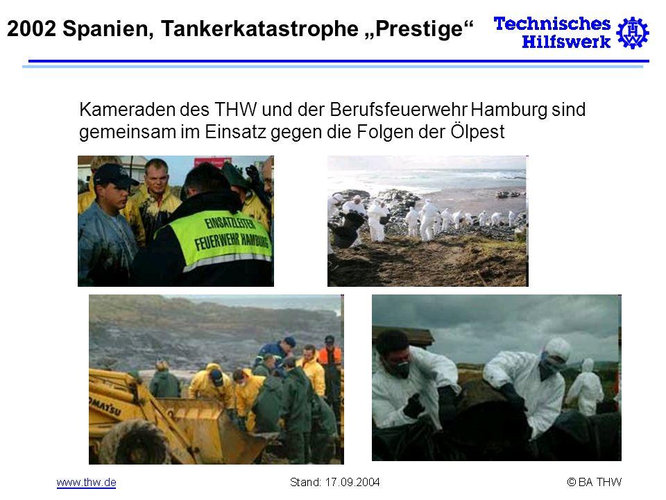 Kameraden des THW und der Berufsfeuerwehr Hamburg sind gemeinsam im Einsatz gegen die Folgen der Ölpest 2002 Spanien, Tankerkatastrophe Prestige