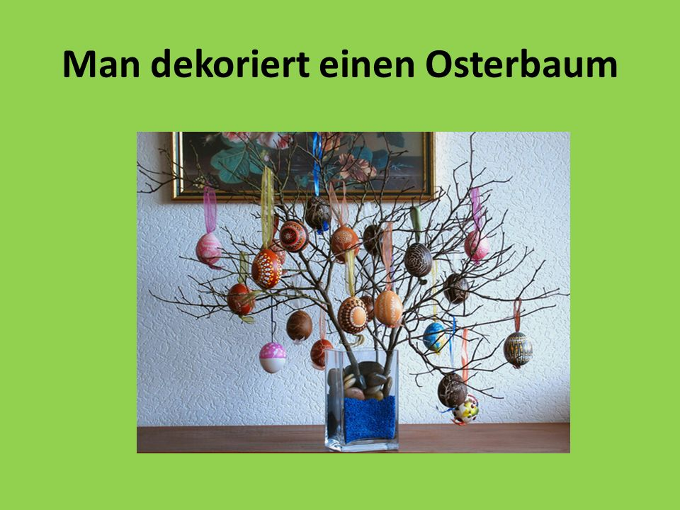 Man dekoriert einen Osterbaum