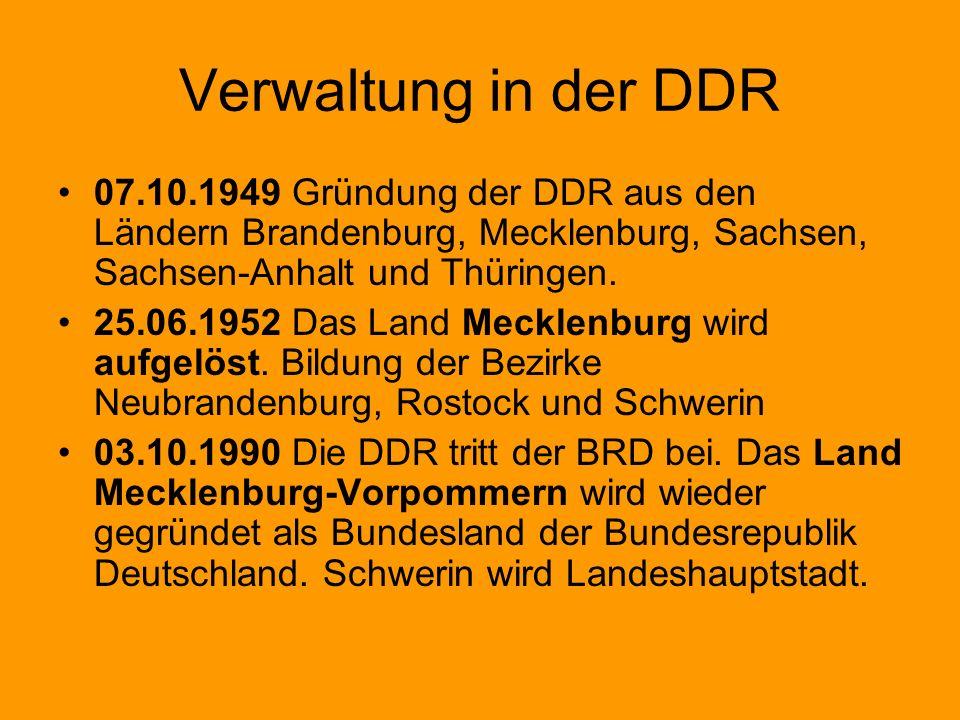 Verwaltung in der DDR 07.10.1949 Gründung der DDR aus den Ländern Brandenburg, Mecklenburg, Sachsen, Sachsen-Anhalt und Thüringen. 25.06.1952 Das Land