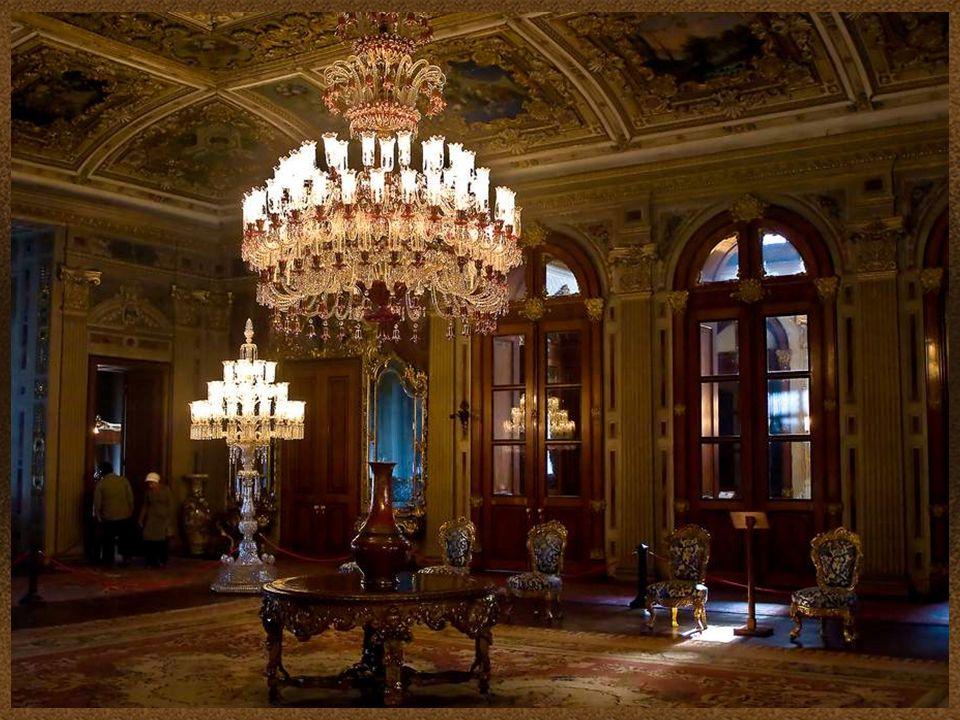 9 Dolmabahçe tiene una de las colecciones de lámparas más grande de Bohemia y Baccarat en el mundo.