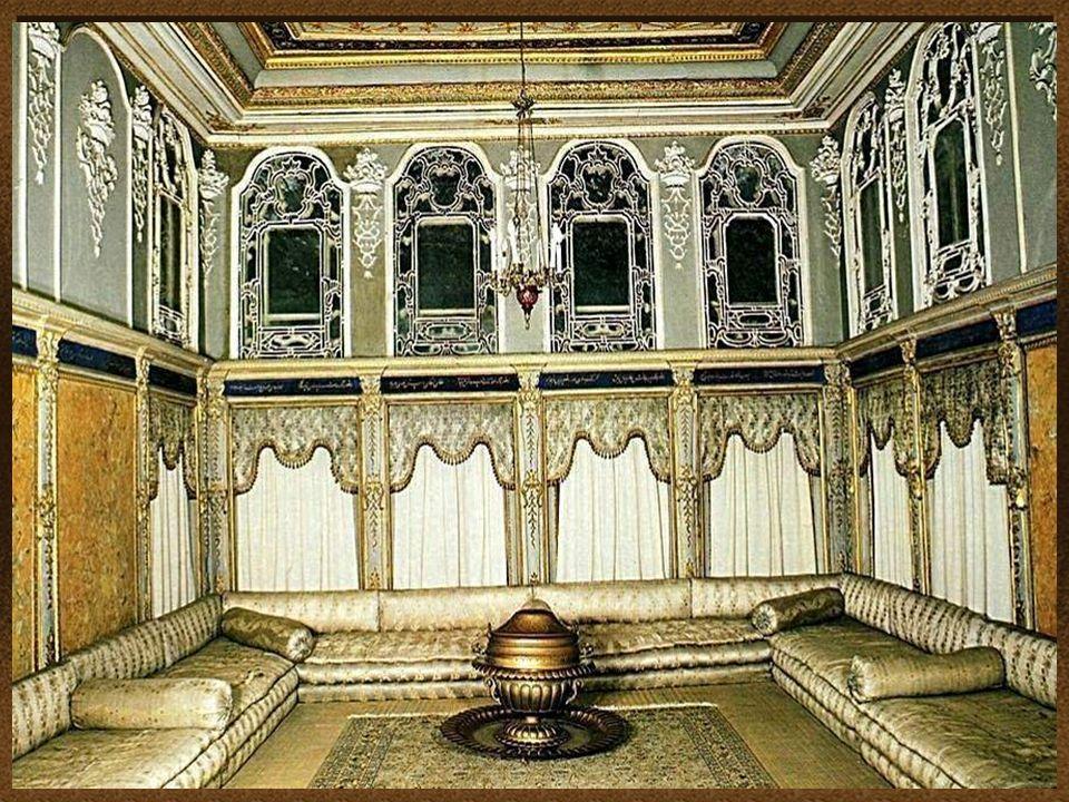 17 El diseño y la decoración del palacio, refleja la creciente influencia de estilos europeos y las normas de la cultura otomana The design and decora