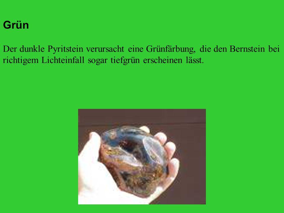 Der dunkle Pyritstein verursacht eine Grünfärbung, die den Bernstein bei richtigem Lichteinfall sogar tiefgrün erscheinen lässt.