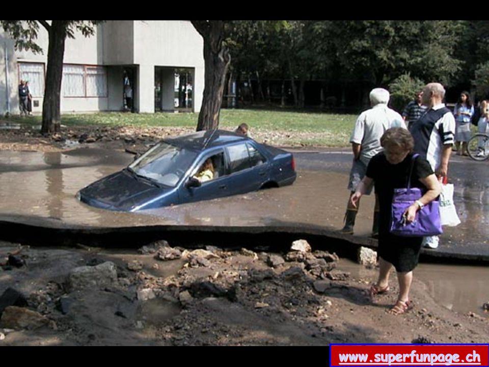 Zu dritt probieren sie, das Auto aus der Pfütze zu holen......raus hier man beachte die aktive Untertützung dieses Herrn