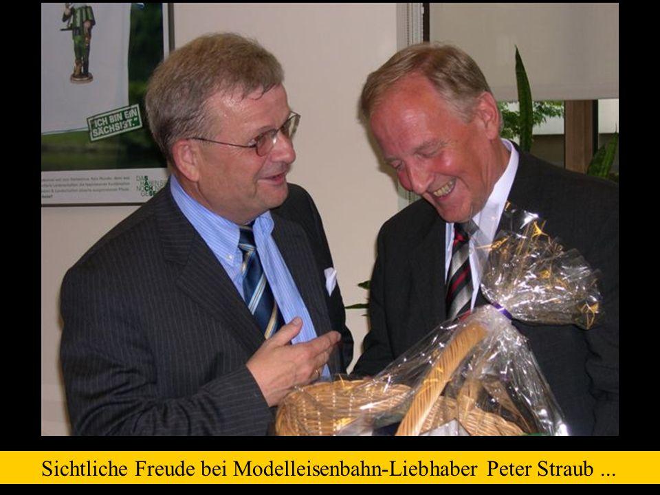 Sichtliche Freude bei Modelleisenbahn-Liebhaber Peter Straub...