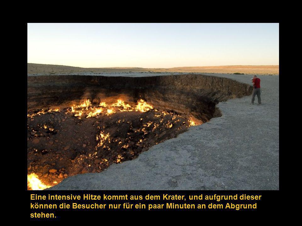 Eine intensive Hitze kommt aus dem Krater, und aufgrund dieser können die Besucher nur für ein paar Minuten an dem Abgrund stehen.