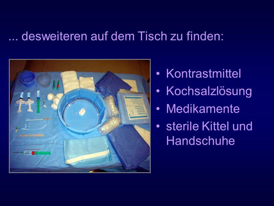 ... desweiteren auf dem Tisch zu finden: Kontrastmittel Kochsalzlösung Medikamente sterile Kittel und Handschuhe