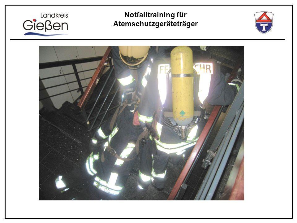 Notfalltraining für Atemschutzgeräteträger Ausrüstung des Sicherheitstrupps Hilfsmittel wie Krankentrage Schaufeltrage Schleifkorbtrage Spin-Board …haben sich als sehr zeitaufwendig und auch unsicher erwiesen .