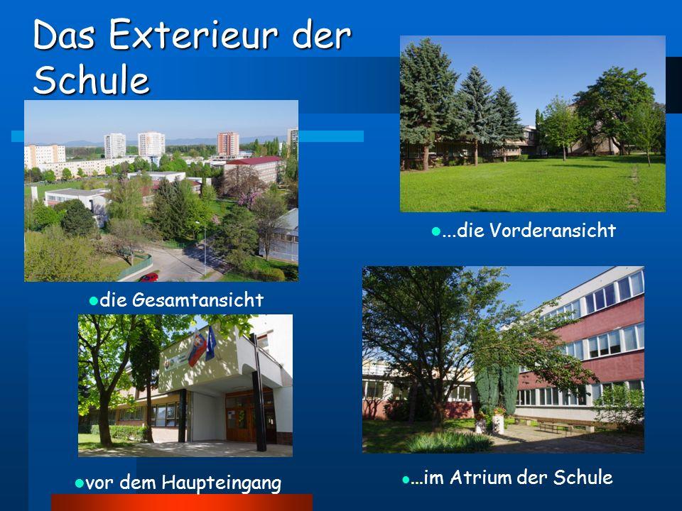 Das Exterieur der Schule...die Vorderansicht die Gesamtansicht vor dem Haupteingang...