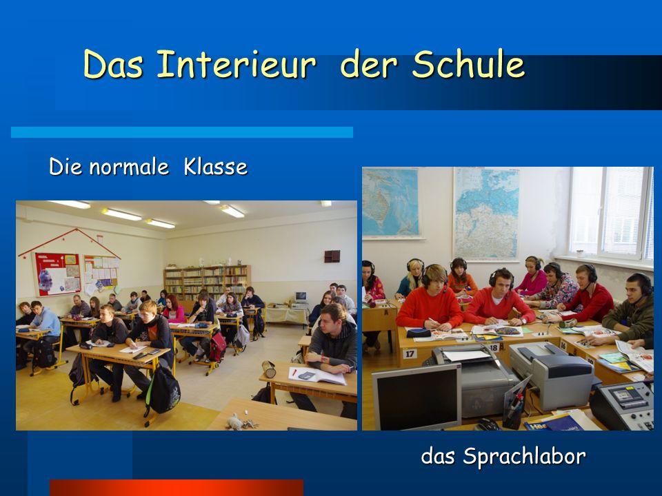 Das Interieur der Schule Die normale Klasse das Sprachlabor