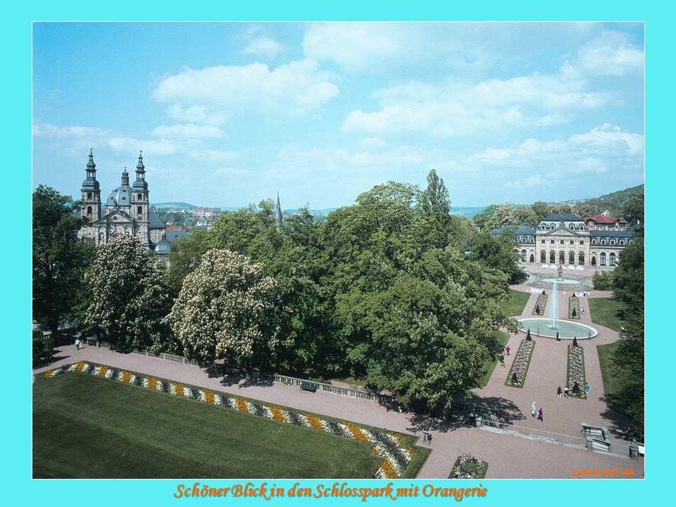 Schöner Blick in den Schlosspark mit Orangerie Quelle: © Stadt F ulda