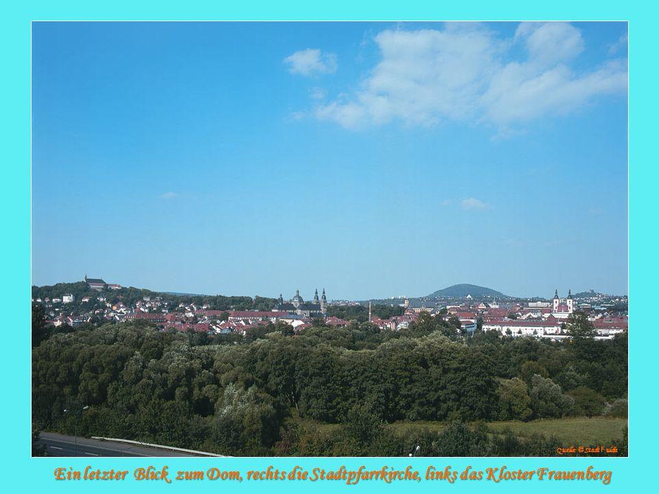 Ein letzter Blick zum Dom, rechts die Stadtpfarrkirche, links das Kloster Frauenberg Quelle: © Stadt F ulda