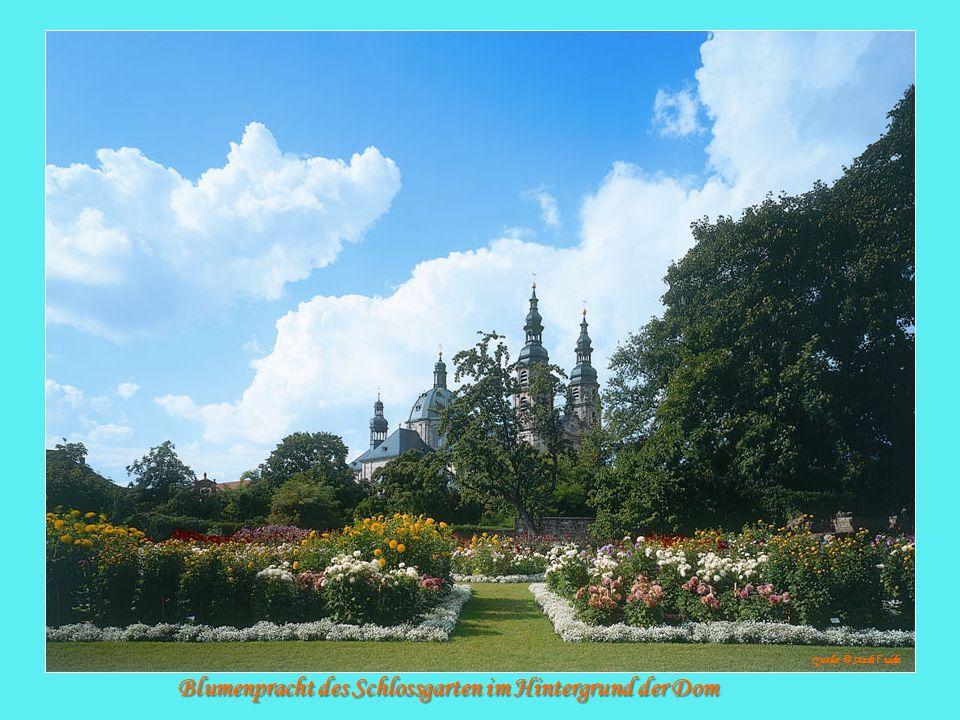 Blumenpracht des Schlossgarten im Hintergrund der Dom Quelle: © Stadt F ulda