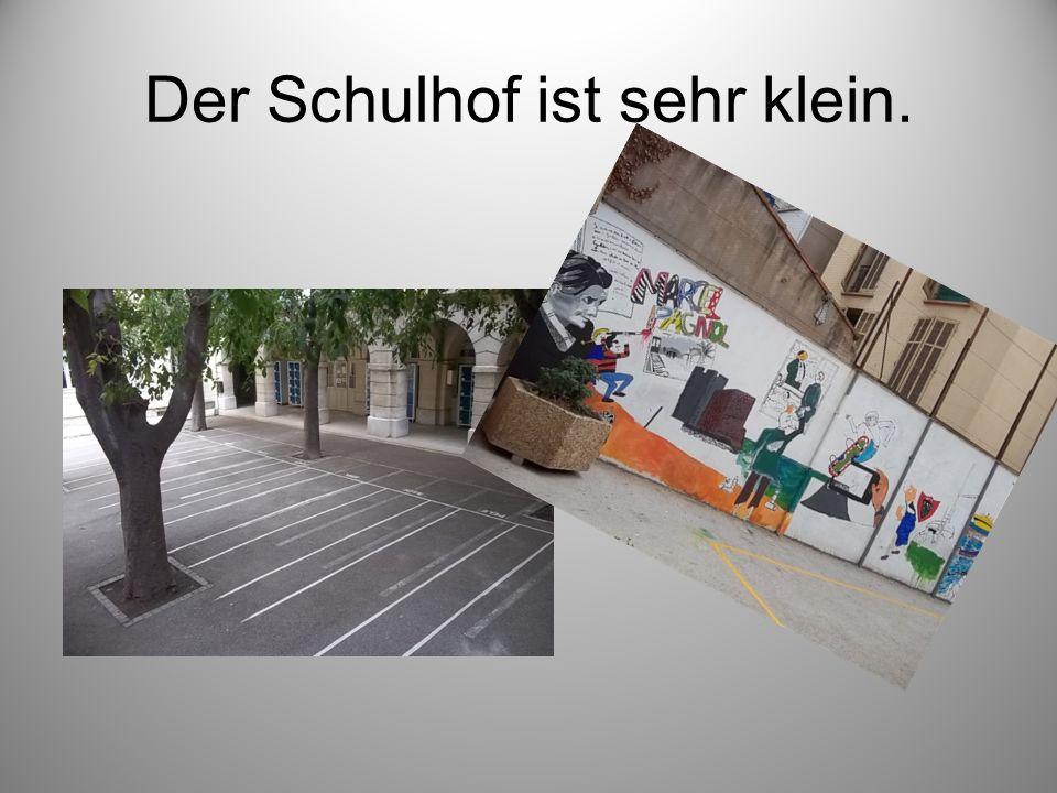 Der Schulhof ist sehr klein.