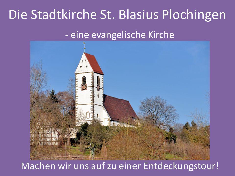 … der Kirchturm mit dem Hahn auf dem Dach der Turmuhr den Glocken im Turm Schon von Weitem sichtbar …