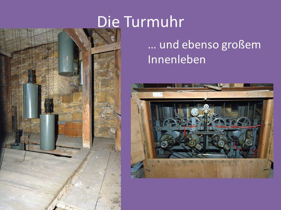 Die Glocken im Turm … jede mit einer Inschrift … 5 Glocken … … und 3 mit einem Hammer für den Stundenschlag.