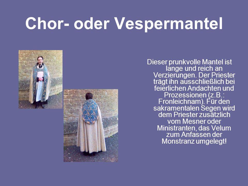Chor- oder Vespermantel Dieser prunkvolle Mantel ist lange und reich an Verzierungen. Der Priester trägt ihn ausschließlich bei feierlichen Andachten