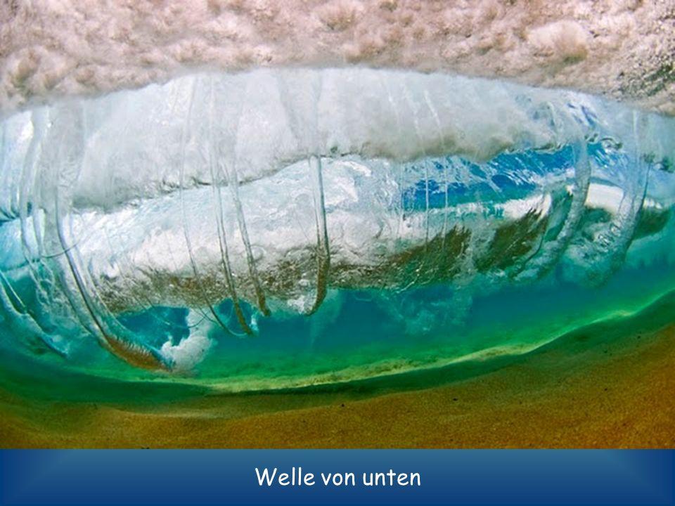 Ein Sandsturm tobt im Inneren der Wasserwand.