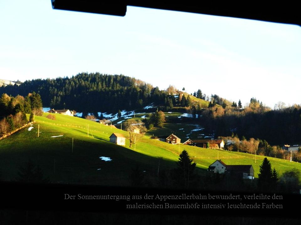 Der Sonnenuntergang aus der Appenzellerbahn bewundert, verleihte den malerischen Bauernhöfe intensiv leuchtende Farben