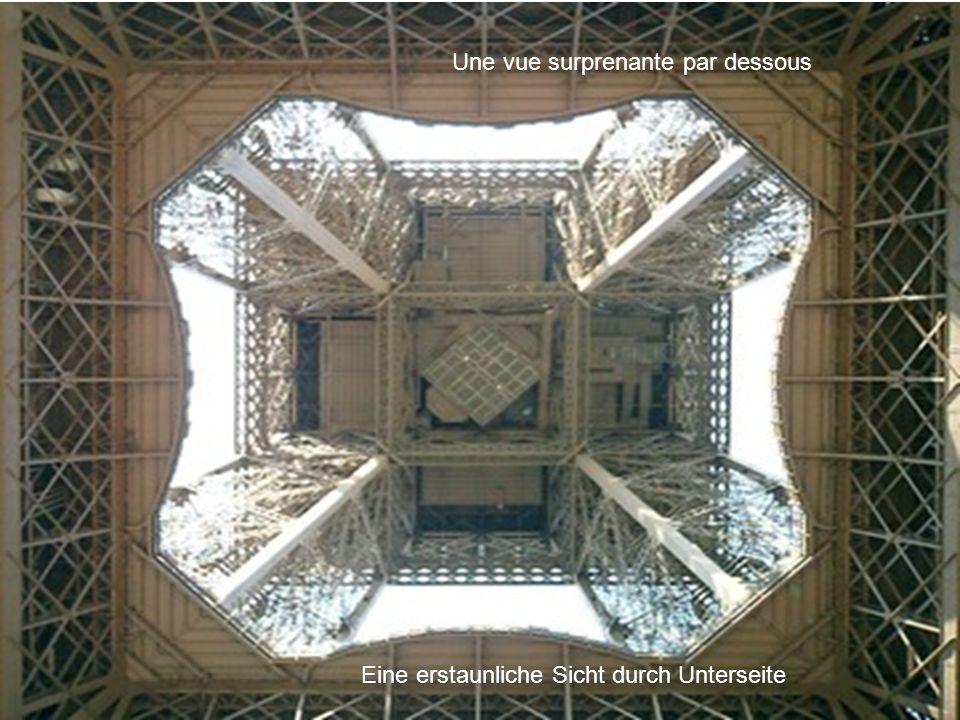 La tour EIFFEL bleue pour fêter lEurope Die blaue Eiffel-Umdrehung, um Europa zu feiern mais il est possible de la colorer de toutes couleurs aber es