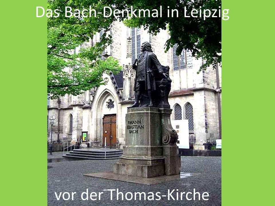Das Bach-Denkmal in Leipzig vor der Thomas-Kirche