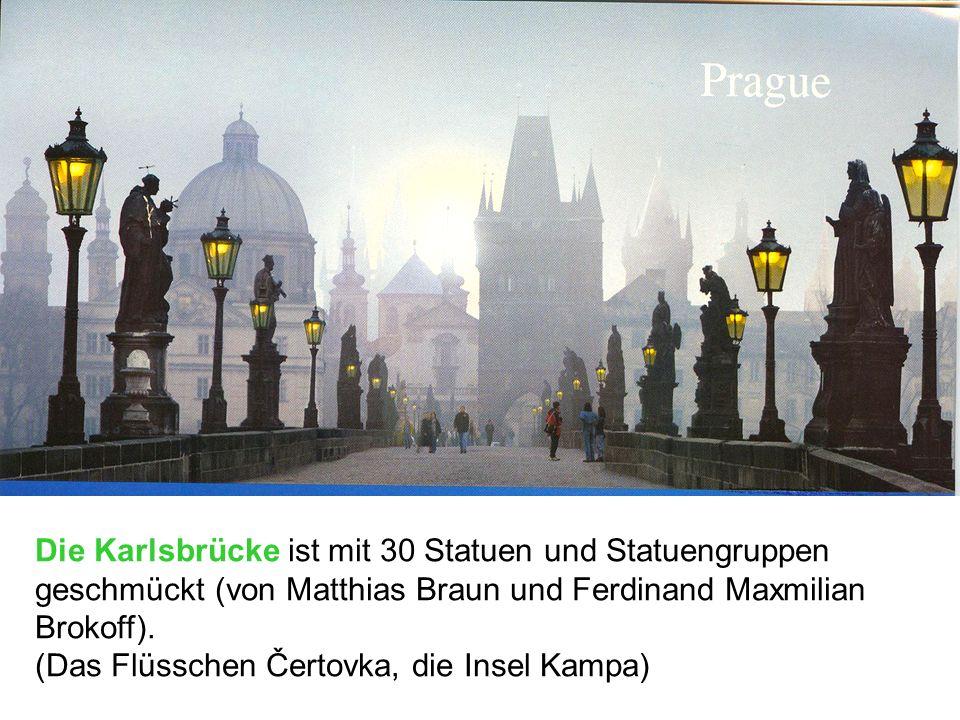 Die Karlsbrücke ist mit 30 Statuen und Statuengruppen geschmückt (von Matthias Braun und Ferdinand Maxmilian Brokoff). (Das Flüsschen Čertovka, die In