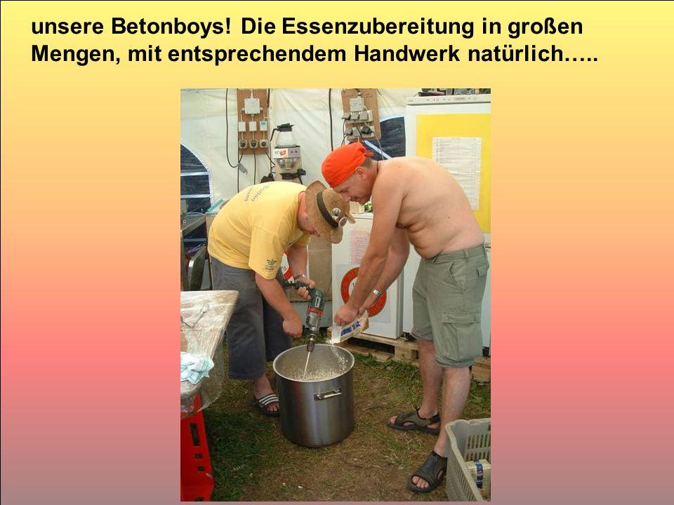 unsere Betonboys! Die Essenzubereitung in großen Mengen, mit entsprechendem Handwerk natürlich…..