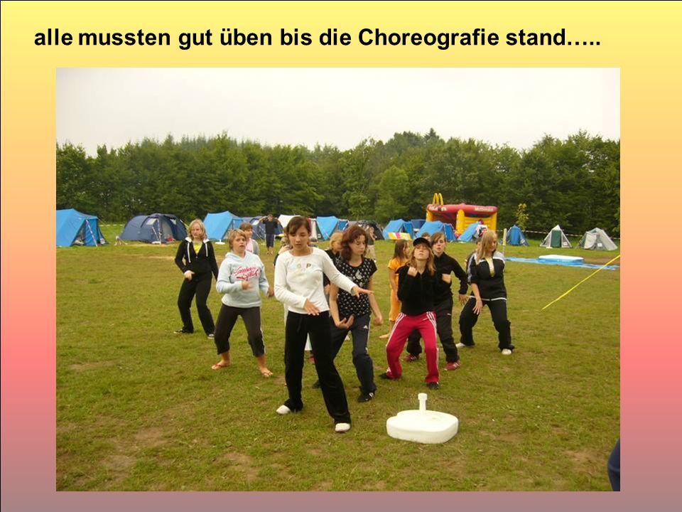 alle mussten gut üben bis die Choreografie stand…..