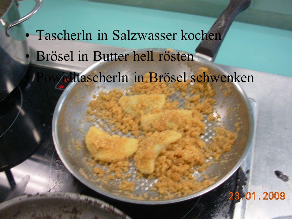 Tascherln in Salzwasser kochen Brösel in Butter hell rösten Powidltascherln in Brösel schwenken