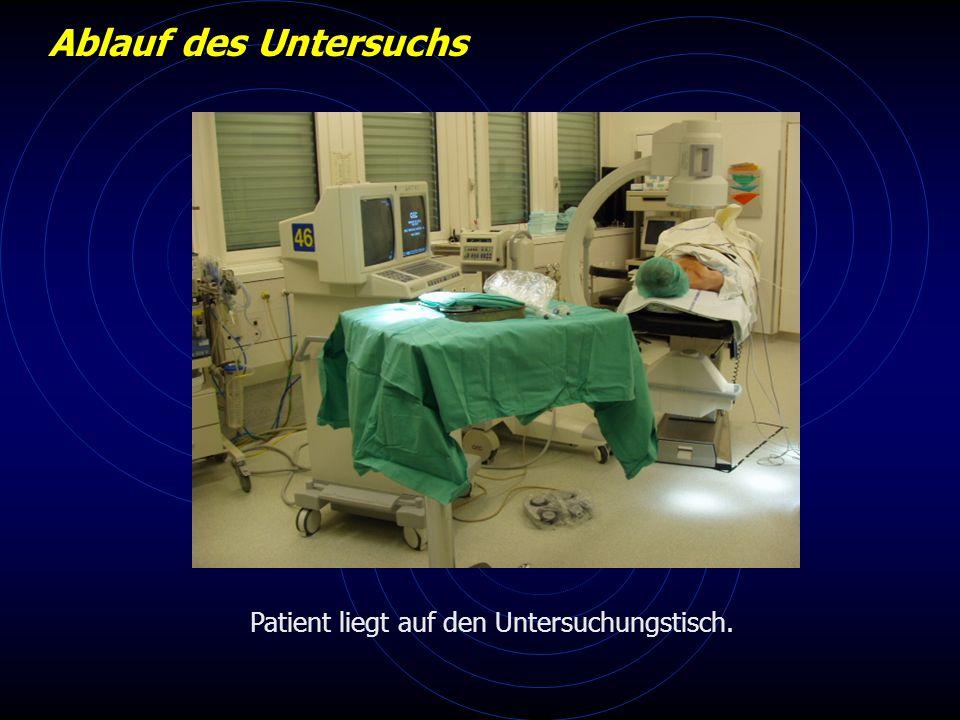 Patient liegt auf den Untersuchungstisch. Ablauf des Untersuchs