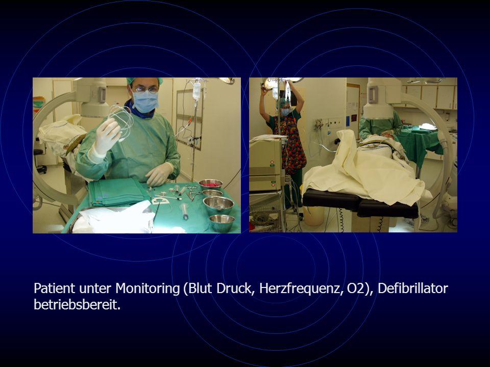 Patient unter Monitoring (Blut Druck, Herzfrequenz, O2), Defibrillator betriebsbereit.