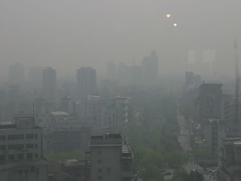 Smog Wintersmog: Bei einer Interversionswetterlage wird die untere Luftschicht von der oberen abgeschirmt. Dies liegt an der höheren Dichte der kälter